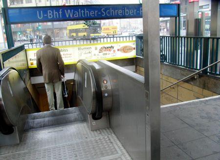 Alleinstehende abwärts fahrende Rolltreppe.